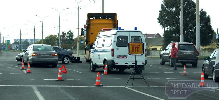 На проспекте Республики в ДТП попал тягач и два легковых авто