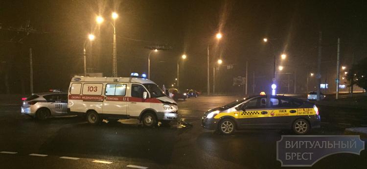 """Ночью в Бресте авто такси """"Апельсин"""" столкнулся со """"скорой"""""""