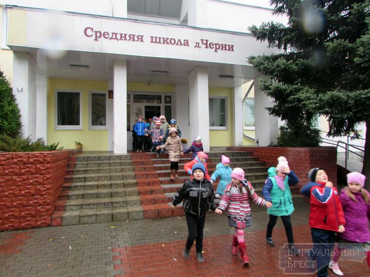 Сотрудники МЧС провели занятия с учащимися школы в д. Черни Брестского района