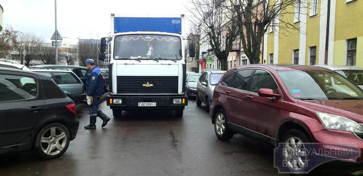 Припаркованные на Будённого машины блокировали проезд