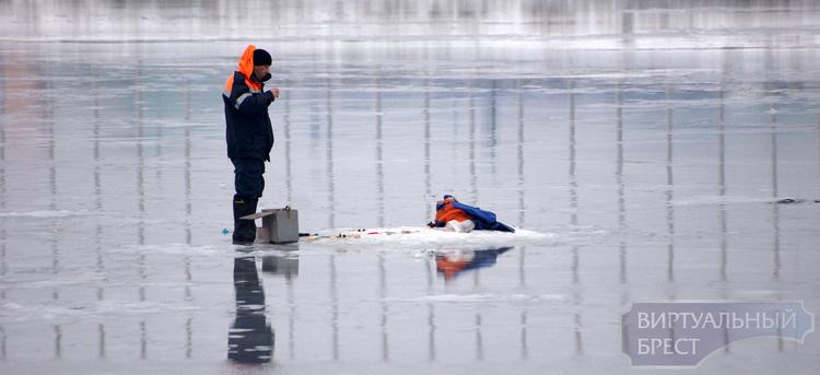ГОЧС напоминает: выходить на лёд запрещено и опасно! Но рыбаков это не пугает
