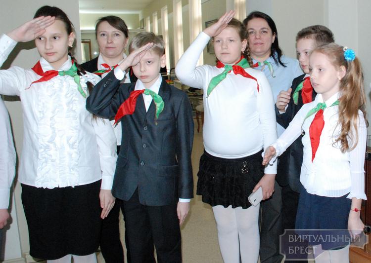 Около 10 тыс. школьников Брестской области пополнили в мае ряды пионерской организации
