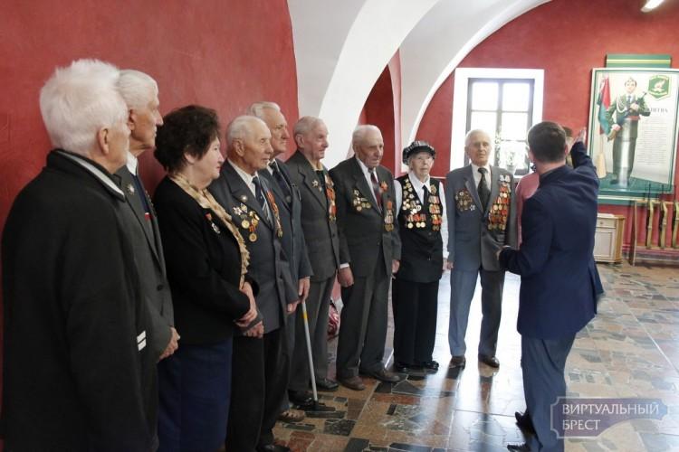 Ветераны навестили юнармейцев Поста Памяти в Брестской крепости