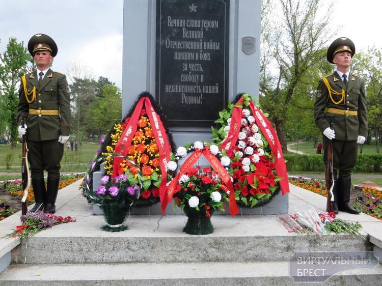 В сквере микрорайона «Южный» состоялся праздник «Пусть сгинут войны, пусть звенит весна»