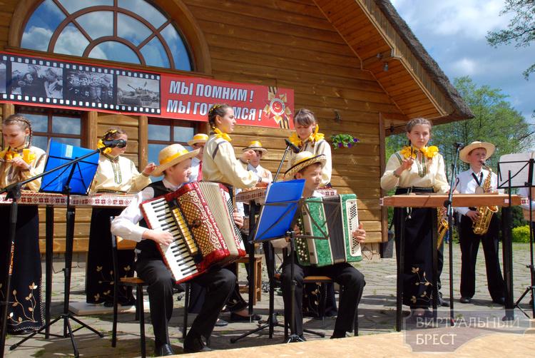 В усадьбе «Рыньковка» ветеранам накрыли стол и приготовили концерт