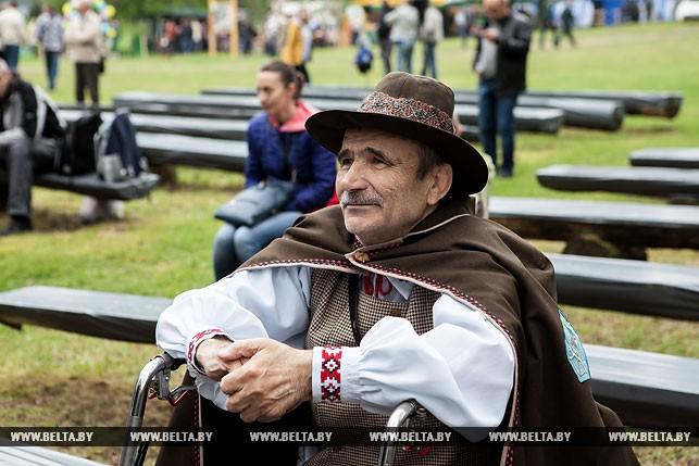 Трели рожка, лай собак и полевая кухня: в Беловежской пуще прошел фестиваль роговой музыки