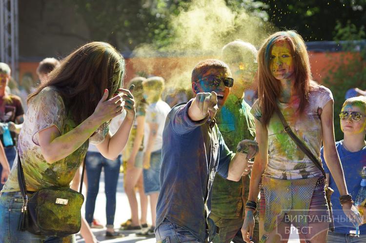 Фестиваль красок в Бресте вызвал затруднения: на него сложно было попасть