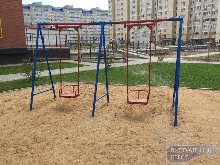 Жильцы жалуются на состояние детских площадок в Бресте