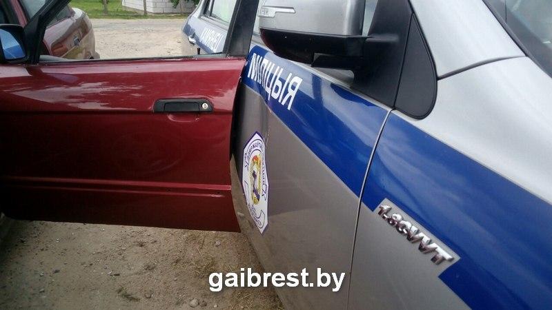 Пьяный водитель БМВ протащил инспектора ГАИ на двери и помял служебный автомобиль