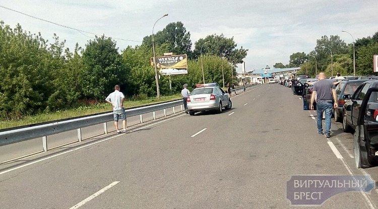 """На """"варшавке"""" женщина легла под автомобиль, преграждая дорогу нарушителю"""