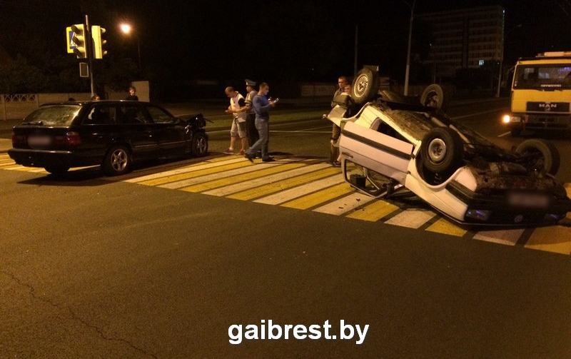 ГАИ: на улице Московской от удара BMW перевернулся VW