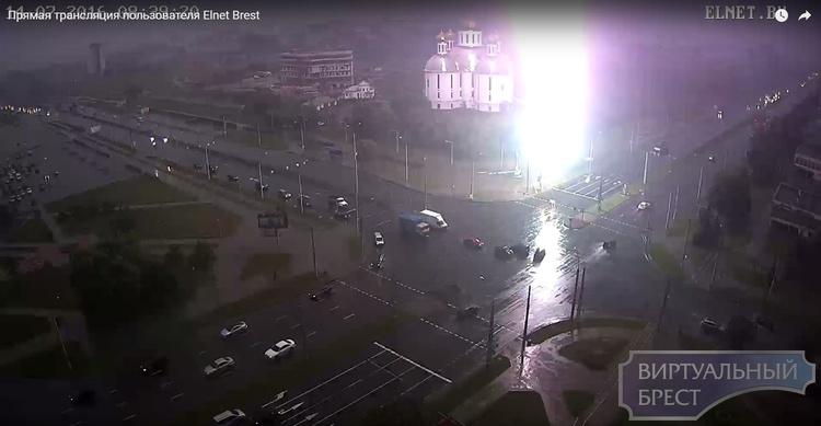 Мощный разряд молнии ударил прямо в светофор на перекрёстке Партизанский-Московская