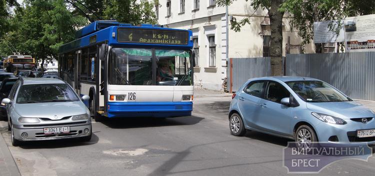 На ул. 17 Сентября из-за припарковавшихся машин едва не случился транспортный коллапс