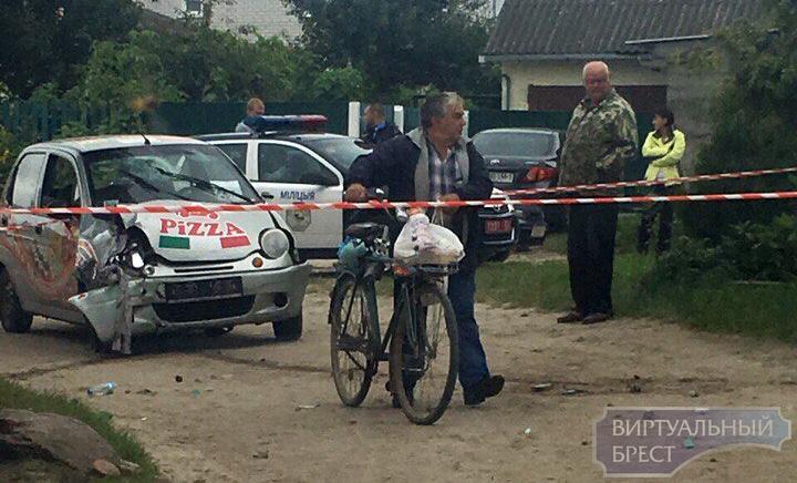 Daewoo Matiz с пиццей обрушил бетонный забор в Бресте