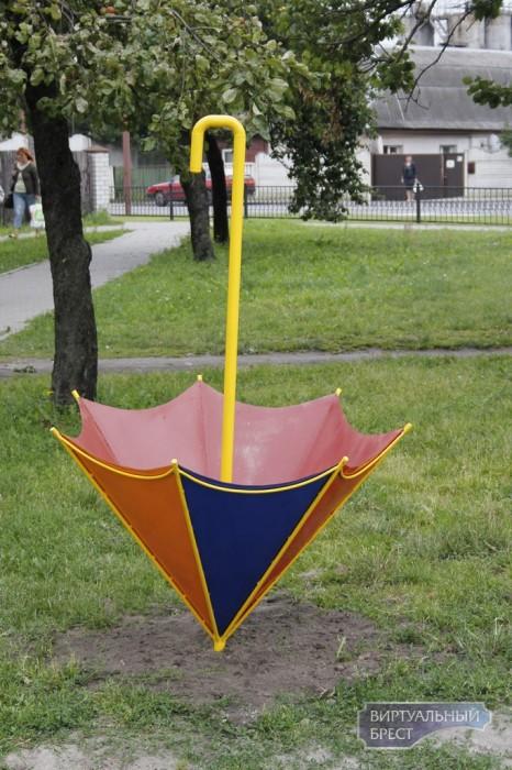 В Бресте появились новые арт-объекты – яркие «зонтики»