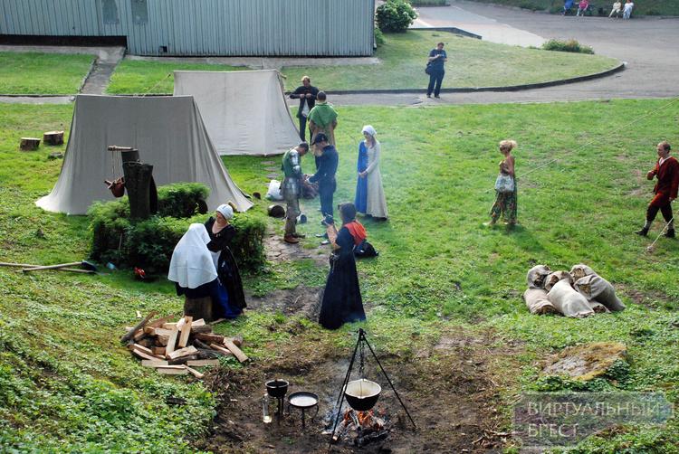 Битву мешками в рыцарских шлемах устроили в средневековом лагере Берестье