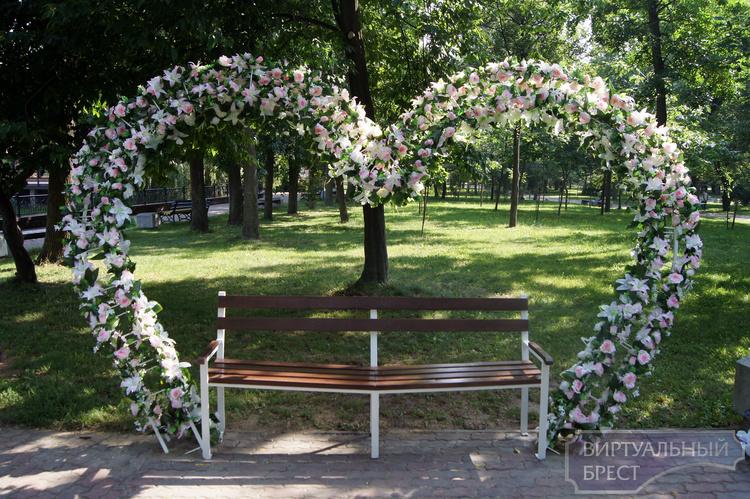 В парке появился водоём с декоративными рыбками и скамейка для влюблённых