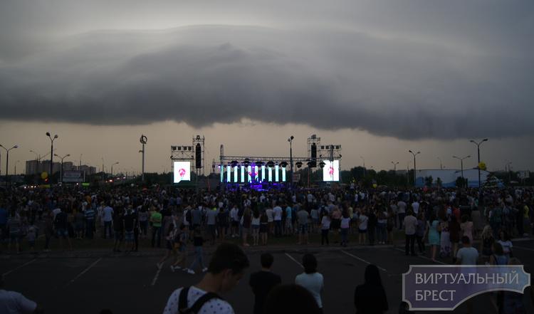 """В Городе Света пошёл дождь... но концерт продолжается в формате """"под зонтиками"""""""