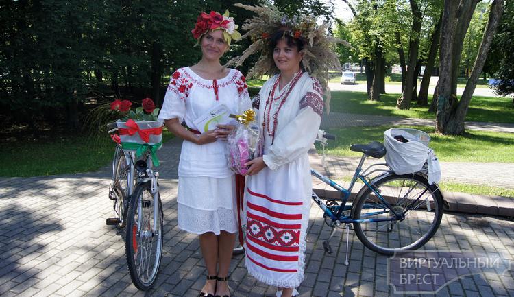 """Велопарад """"на шпильках"""" в этническом стиле провели в Бресте"""