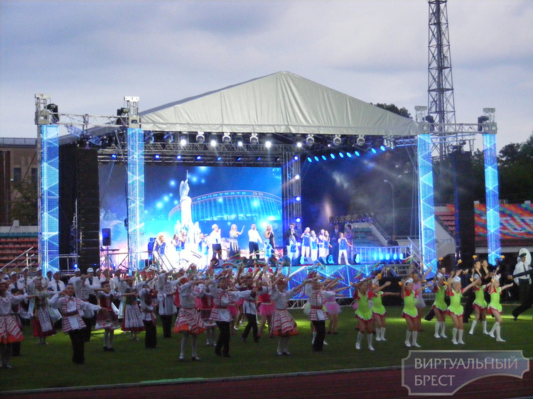 """Для праздника нет плохой погоды... Состоялся концерт на стадионе """"Брестский"""""""