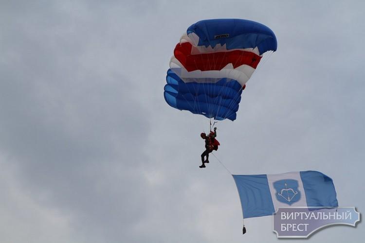 """Прыжок с парашютом на """"гребном"""": ведущий Александр Патлис приземлился вблизи сцены"""