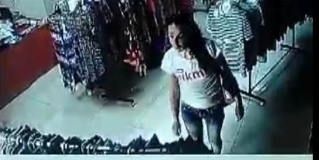 Камера зафиксировала, как девушка ворует вещи из магазина