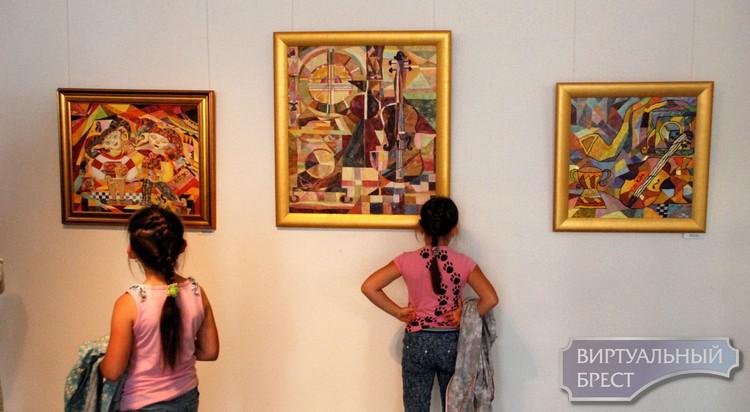 В Бресте открылась выставка Нилы Горчанюк «Игра в театр»