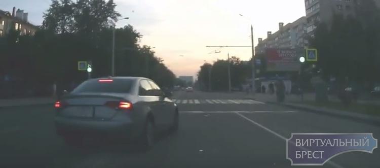 """""""Учитель"""" обиделся на водителя и обогнал по """"встречке"""" на МОПР-а"""