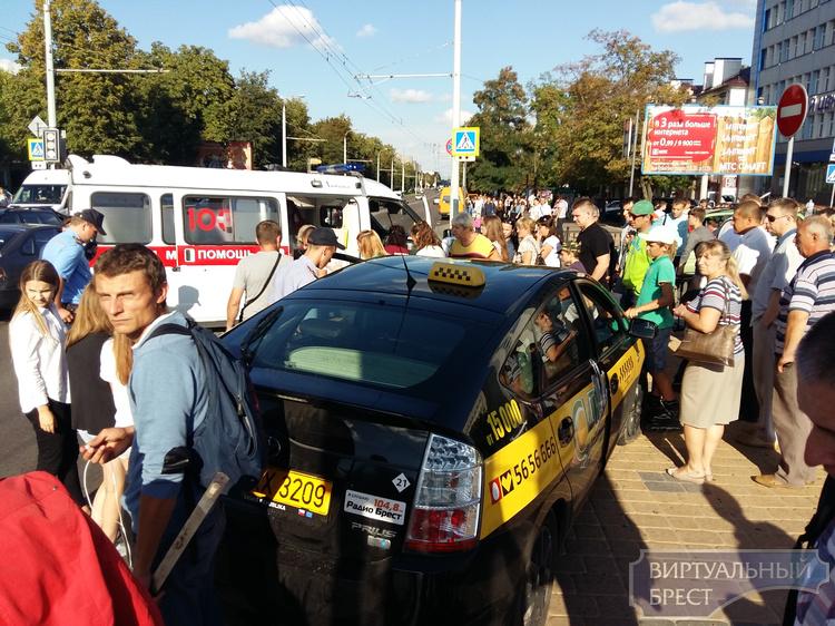 Пьяный водитель на автомобиле такси сбил людей на проспекте Машерова