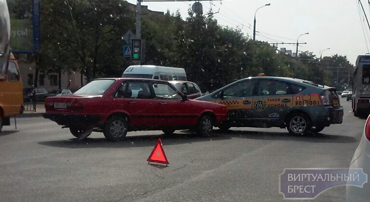"ДТП с участием такси на спуске с ""кобринского моста"", проезд затруднён"
