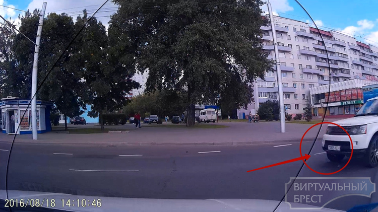 """Секунды до ДТП: белый кроссовер на """"красный"""" сигнал светофора"""