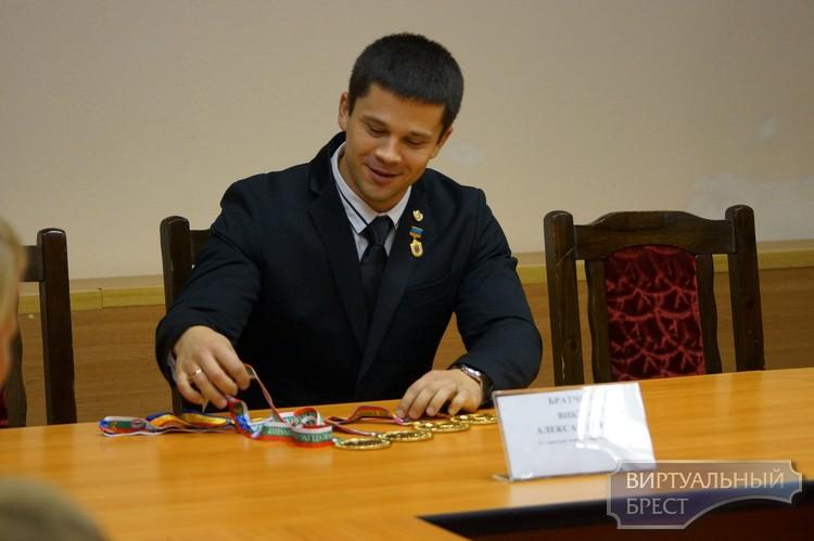 Брестчанин Виктор Братченя завоевал четыре золотые медали по армрестлингу