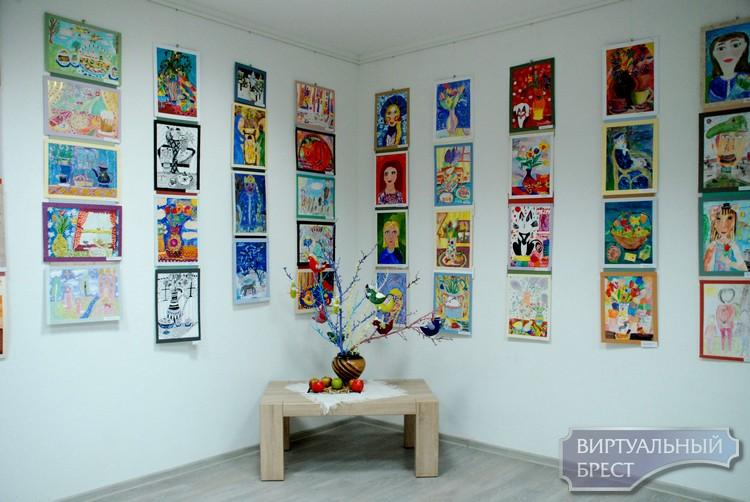 40-летний юбилей Брестской детской «художки» отметили большой выставкой рисунков