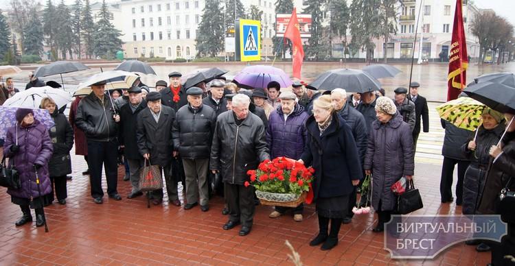 Коммунисты вышли на площадь Ленина отметить день Октябрьской революции