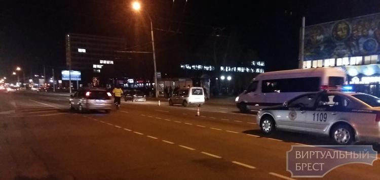 "На Московской напротив ""лампочки"" на переходе сбили парня"