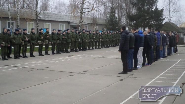 В войска прибывают новобранцы, а старослужащие увольняются в запас