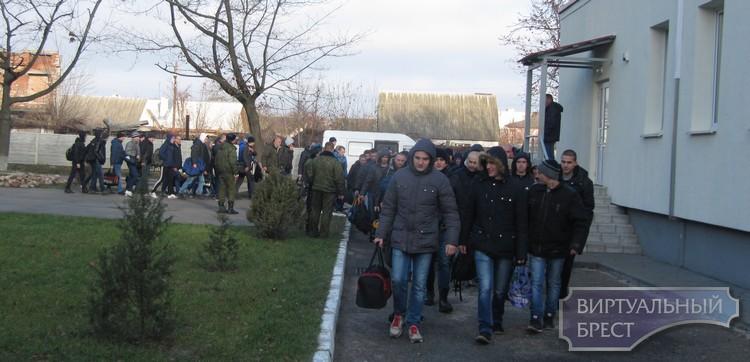 Молодое пополнение прибывает в военные части Бреста и района