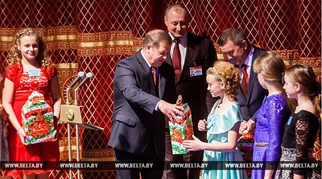 Каждый ребенок должен встречать праздник в кругу семьи - Анатолий Лис