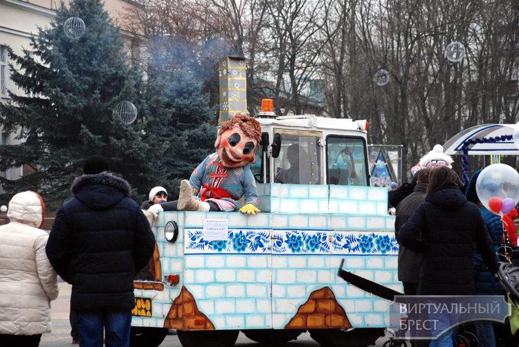 В первый день нового, 2017 года брестчане веселились на пл. Ленина