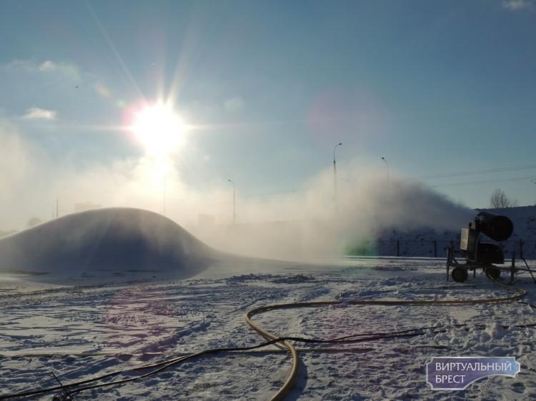 В Бресте холода встретили с энтузиазмом и занялись производством искусственного снега