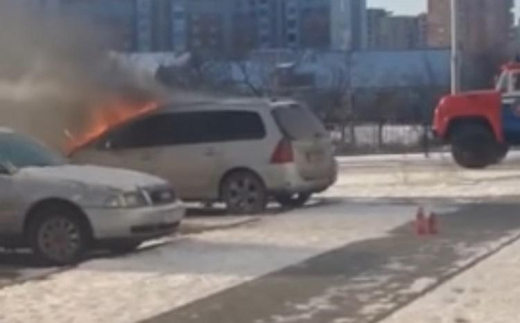 В Бресте на парковке загорелся автомобиль