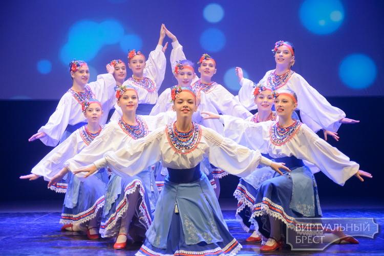 В Бресте прошёл новогодний фестиваль детского творчества «В гостях у Деда Мороза»