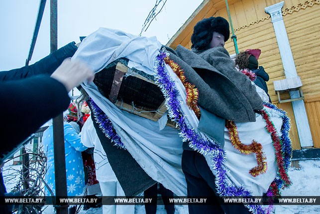 """Народный карнавал """"Коники"""", или Как щедруют на старый Новый год в Давид-Городке"""