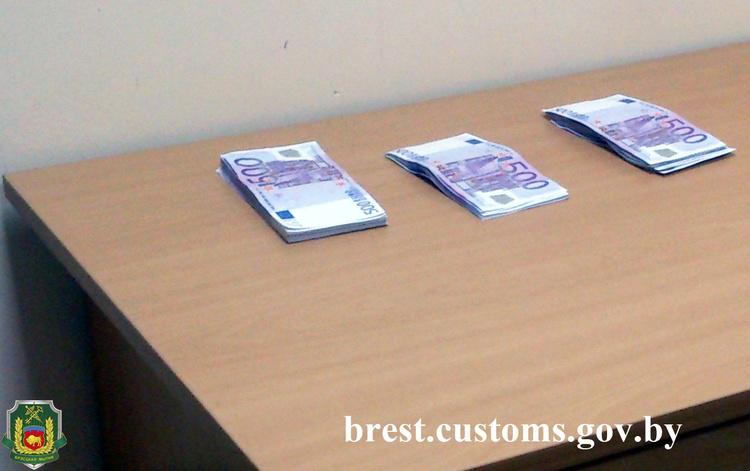 Крупные суммы валюты пытались перевезти через границу россияне