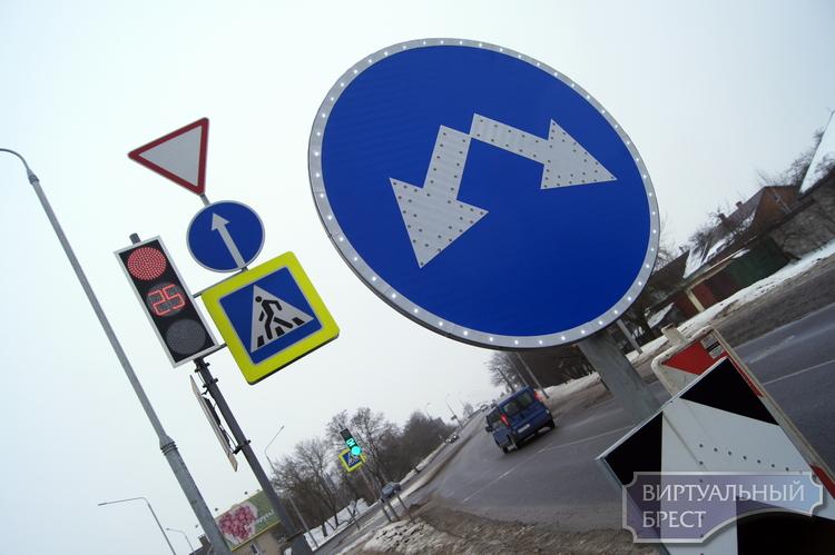 Пионерская: светофоры, знаки, ограждения и широкая часть