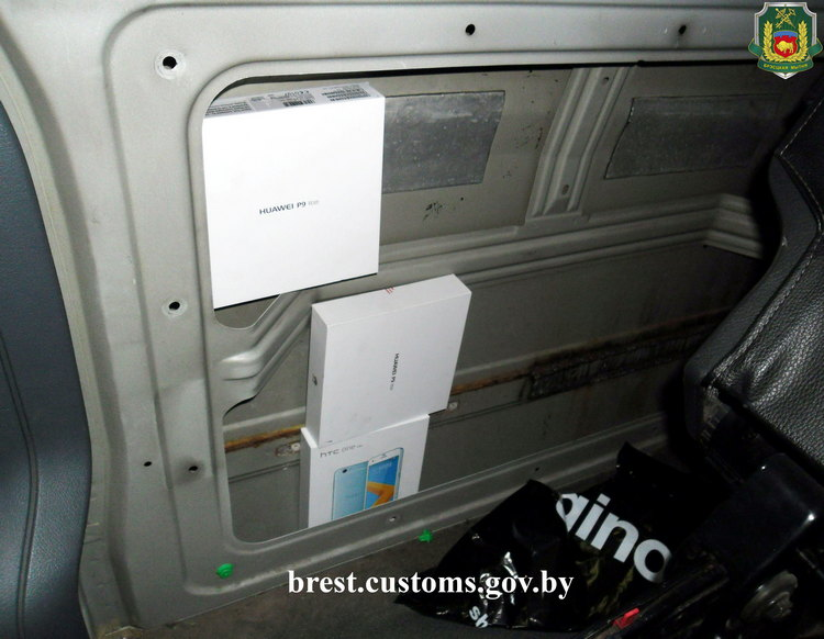 Мобильные телефоны и аксессуары нашли в тайниках «Mercedes-Benz Vito» на границе