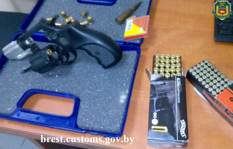 Револьвер с патронами обнаружен у россиянина на границе