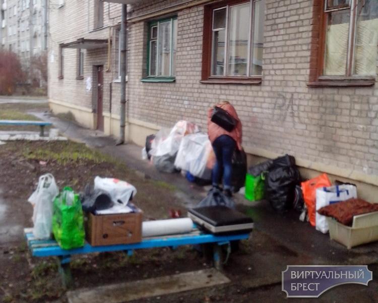 """В Бресте из квартиры выселили семью """"хронических"""" неплательщиков"""