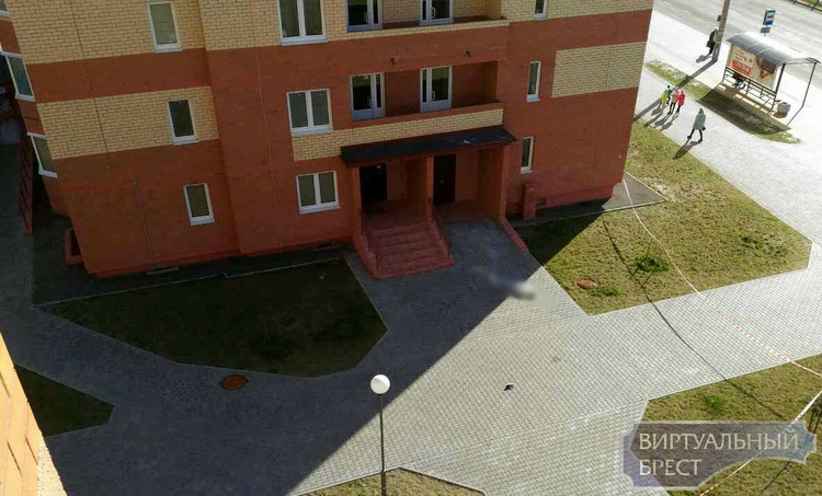 16-летняя девушка выпала вБресте сбалкона многоэтажки