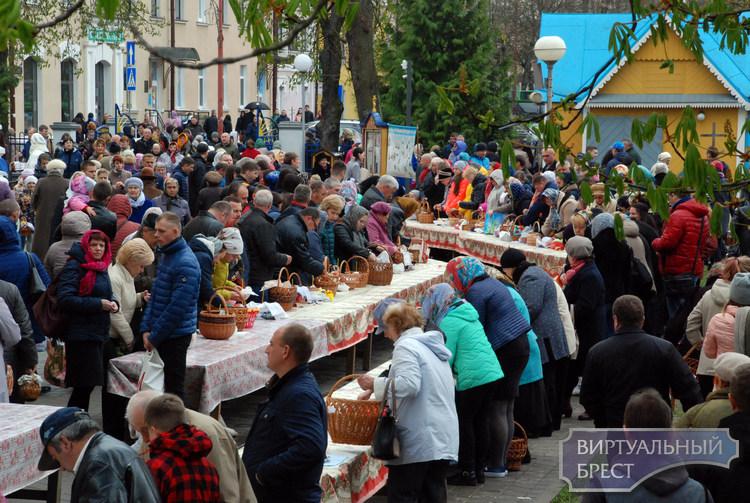 В Брестских храмах святили продукты: крашенные яйца, пасхальные куличи и колбаску